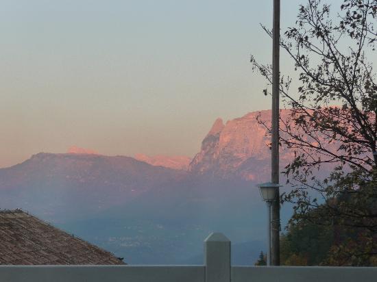 Gasthof Kohlern: Magnificent Dolomites Glowing Pink at Sundown