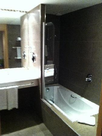 Hesperia Andorra la Vella : Bathroom with bathtube and shower