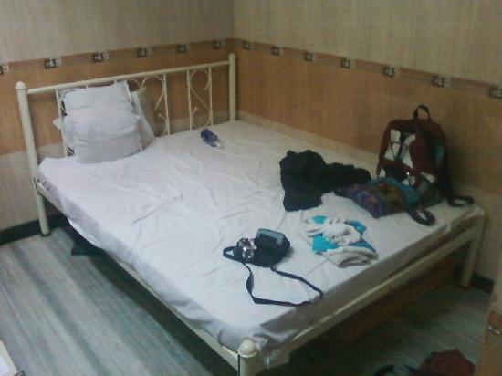 Hotel Travellers Inn: hotel bed (not too bad)