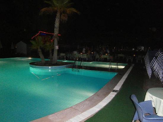 Club Hotel Titan: pool bei nacht
