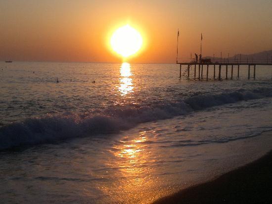 Club Hotel Titan: sonnenuntergang am strand