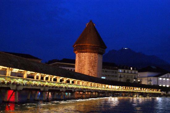 Konditorei & Cafe Heini: kappelbruecke luzern bei nacht