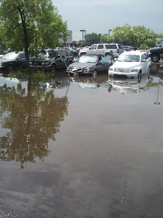Elk Grove Hotel: Ramada O'hare Parking lot 8-23-11 Cars Ruined