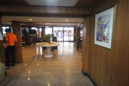 Dynasty Inn: Bar and restaurant area