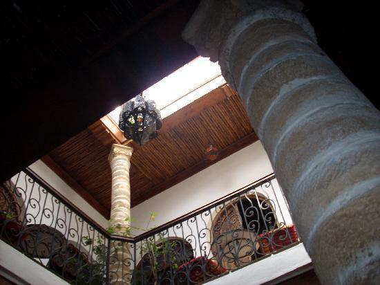 Caverne d'Ali Baba: lampadario nel patio
