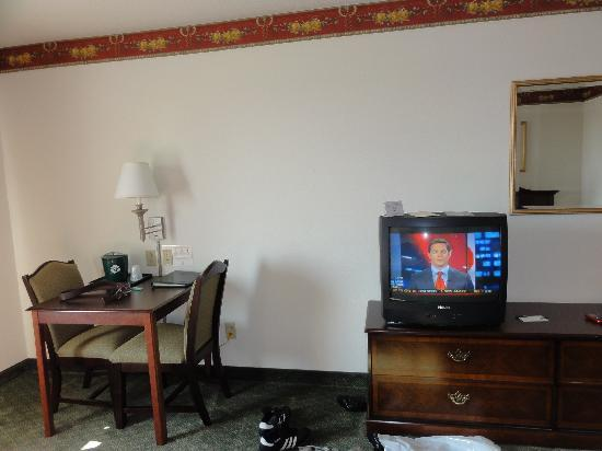 Country Inn & Suites by Radisson, Manteno, IL: TV/Table