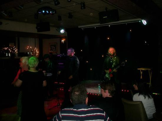 Lyndene Hotel: beegees tribute band very good