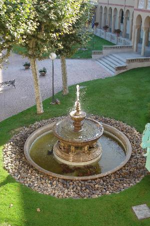 Hotel Balneario Vichy Catalan : Fuente de la entrada