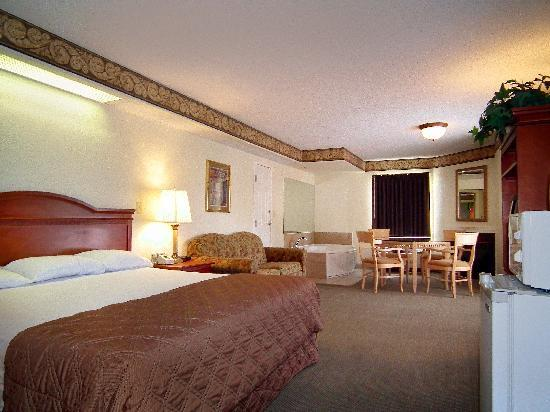 Smoky Shadows Motel And Conference Center: Spacious rooms with king beds and balconies.