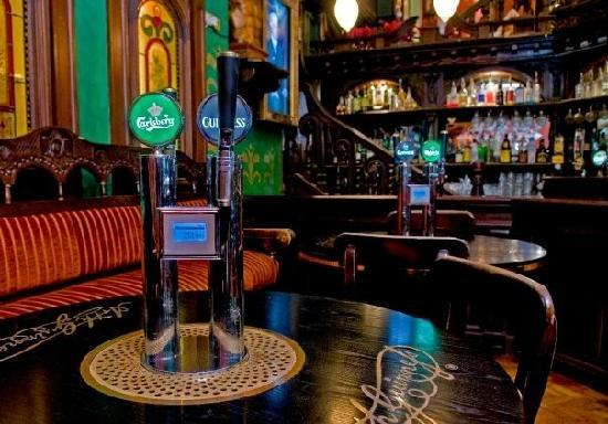 Skeffington Arms Hotel: Pour your own pint tables in our Bar