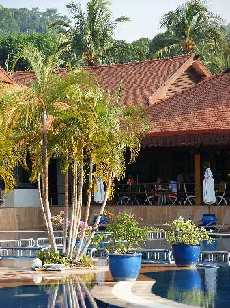 Club Med Cherating Beach: プールサイドのメインレストラン