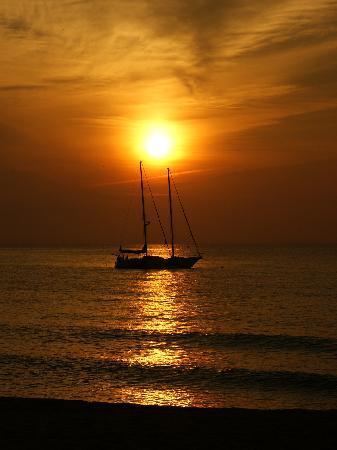 Club Med Cherating Beach: メインビーチの日の出とオプショナルツアーの帆船