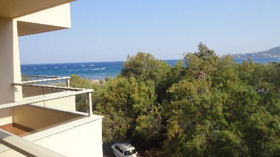 Blue Sea Beach Resort: Vue chambre latéral
