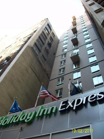 Holiday Inn Express New York City: This shows how small and narrow, but tall the hotel is! *Front view*