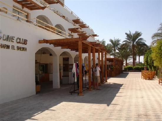 Oonas Dive Club Hotel: Front of hotel