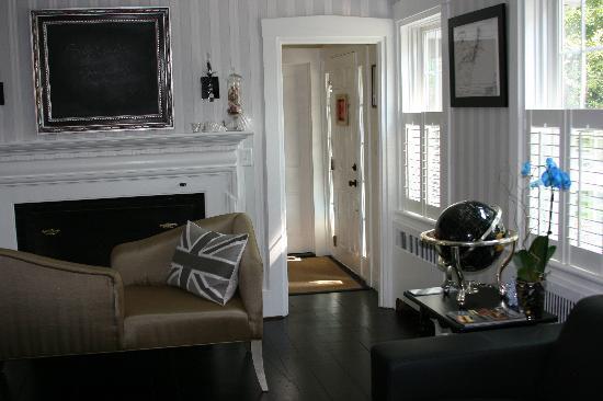 The Platinum Pebble Boutique Inn : Living room