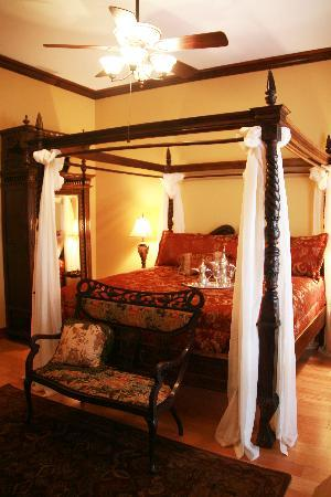 The Manor at Twin Oaks Bed and Breakfast: Shangri-La