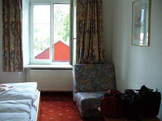 Dollinger Gasthof: WINDOW OVER FRONT DOOR