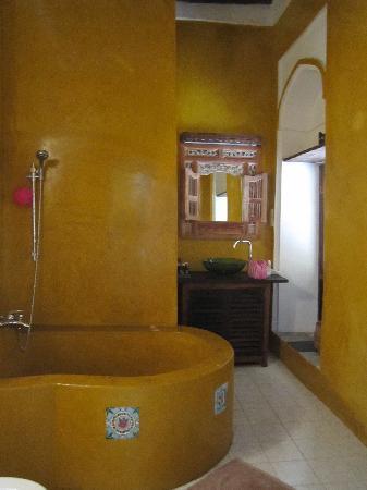Kholle House: bathroom of prestige suite