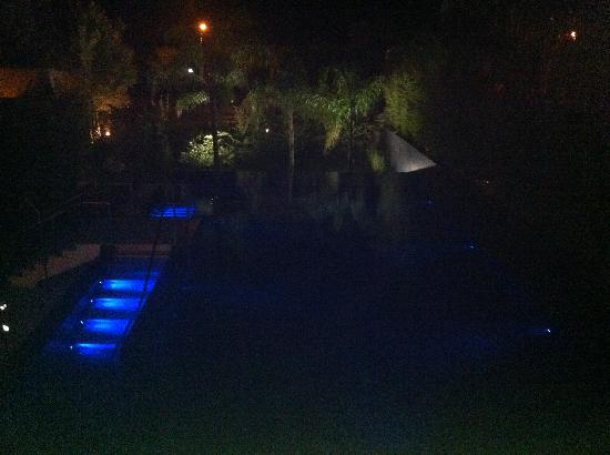 Amathus Elite Suites: Spa and Elite Suite Pool at night