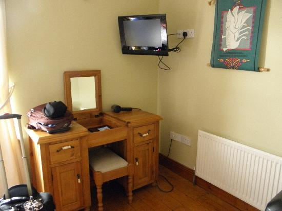 Bunratty Woods Country House: Desk and TV