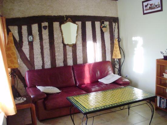 La Ferme Saint Nicolas: le salon attenant à la chambre