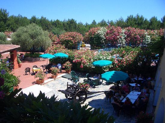 Club Hotel Torre Moresca : view from the square above on the pool and on the bar area