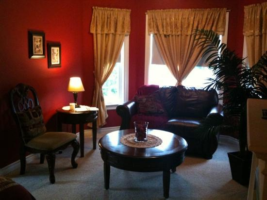 Beverly Hillside Suites B&B: Lingonberry Room - cozy sitting area