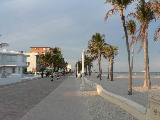 DoubleTree Resort by Hilton Hollywood Beach: Hollywood Boardwalk and Beach