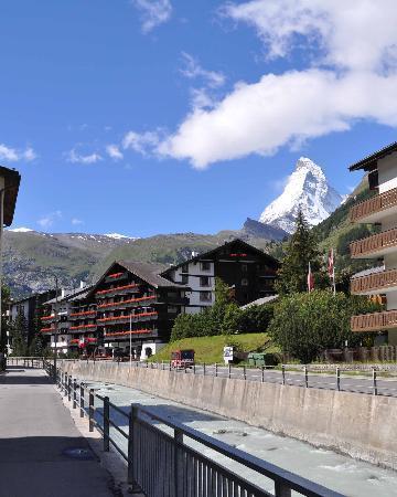 อัลเพนฮอฟ โฮเต็ล: Alpenhof Hotel in front of the Matterhorn