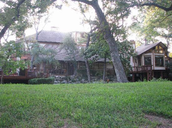 Creekhaven Inn: outside by creek