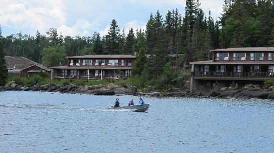 Rock Harbor Lodge: Arriving lodge by boat