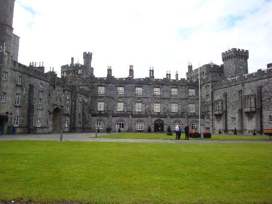 Castillo de Kilkenny: Backyard view of Kilkenny Castle