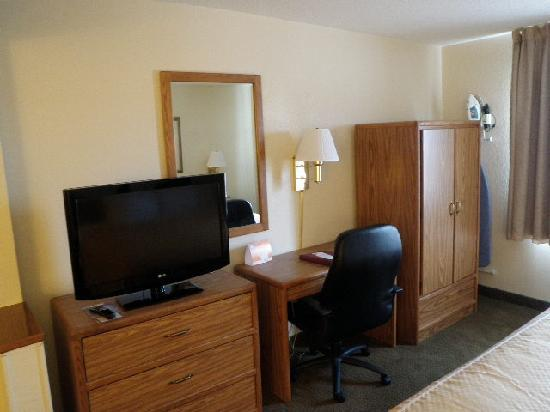 Comfort Suites Longview : TV and Desk