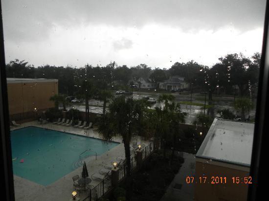 Courtyard Gulfport Beachfront: The lovely pool in the rain!