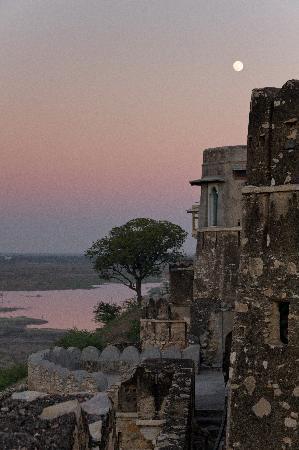 Sardargarh Heritage Hotel: Sunset over the Fort/Hotel