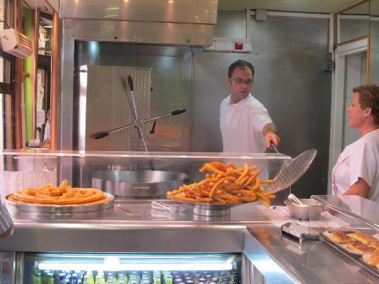 Churreria la Fama : Churros being made Fresh!