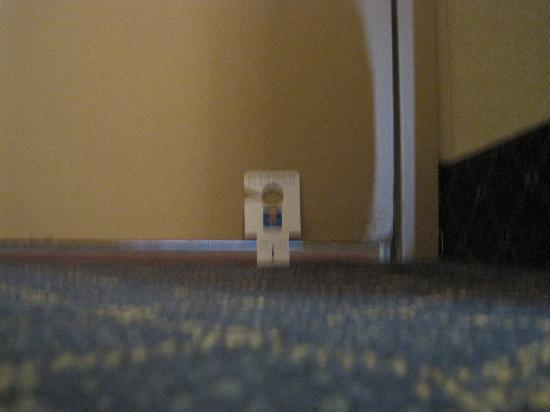 Comfort Inn Westport: Gap under the door!!!!