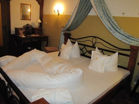 Hotel Burg Trendelburg : The bedroom in room 10.