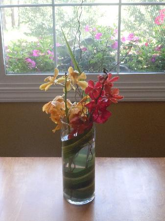 Elizabeth Lake Lodge: Fresh flowers in room