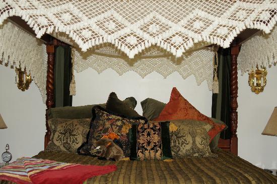 Blue Boar Inn: Canopy bed