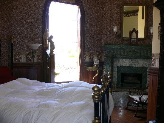 Victorian Rose: bedroom pic 1