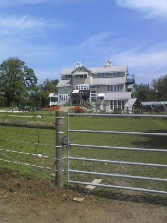 Dream Horse Guesthouse: View of the B&B from the horse pasture.