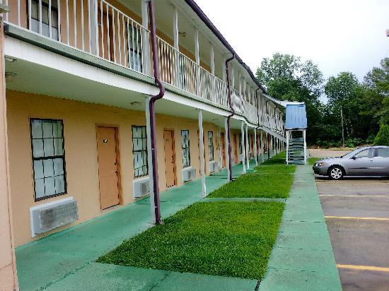 Sunset Inn Hattiesburg: Room front parking