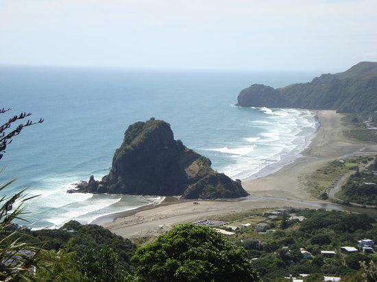 Bush and Beach: Piha Beach - Lion Rock