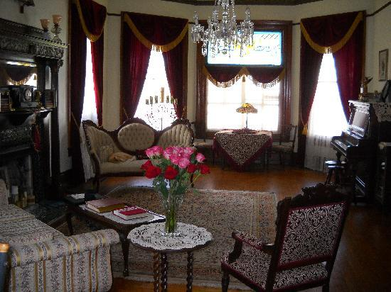 The Victorian Bed & Breakfast Inn: Fresh flowers are in every room.  This is the main sitting room.