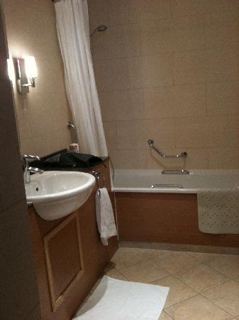 The Abbey Hotel: Large Bath