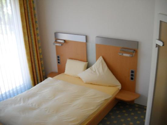 Hotel Birkenhof: Typical Euro bedroom