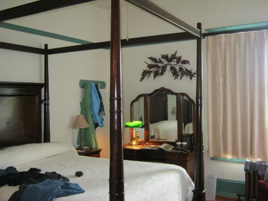 Hood River Hotel: four poster bed