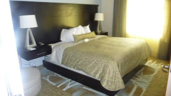 Staybridge Suites Syracuse/Liverpool: master suite